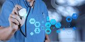Ręka lekarza medycyny pracy z komputerem nowoczesny interfejs m — Zdjęcie stockowe