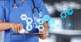 Mão de médico de medicina trabalhando com interface de computador modernos como m — Foto Stock