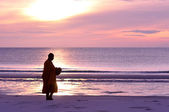 Monk ask for alms on the beach, Hua Hin, Thailand — Stock Photo
