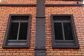 červená cihlová zeď s klasickým windows, evropský styl — Stock fotografie