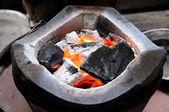 Carbone-braciere con carboni di legna infornato — Foto Stock