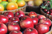 Red apples showing in wooden basket — Photo