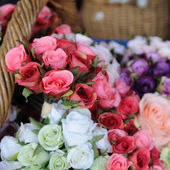 Many pink roses showing in rattan basket — ストック写真