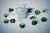 Зеленый елочные шары в снегу — Стоковое фото