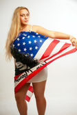 Mooie jonge vrouw met amerikaanse vlag — Stockfoto