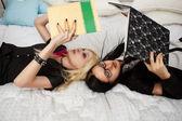 Duas colegiais na cama — Foto Stock