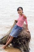 Jonge vrouw op de rand van de lagune. — Stockfoto