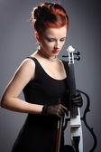 Krásná dívka s elektrické housle — Stock fotografie