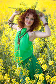 Garota feliz em torno das flores — Foto Stock