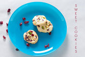Cranberry cookies on blue plate with text — Stockfoto