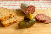 Salami slices with pickles — ストック写真