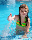 Girl in the swiming pool — Stock Photo