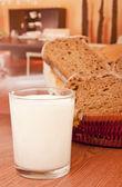 Süt ve siyah — Stok fotoğraf