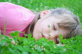 Young girl sleeping on the green grass — Stock Photo