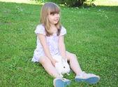 Mädchen mit kaninchen — Stockfoto