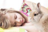Dívka spí s bunny — Stock fotografie
