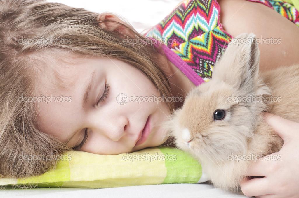 女孩睡觉的兔子