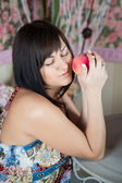 Bella donna con una mela — Foto Stock