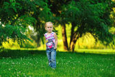 Small girl posing in park — Stock Photo