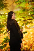 Pretty woman in autumn park — Stock Photo