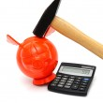 financiële crisis met piggy bank, rekenmachine, hamer — Stockfoto #26116347