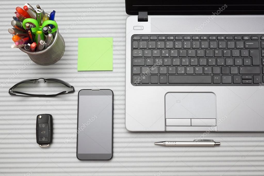 Scrivania ufficio moderno con accessori di lavoro, vista dallalto ...