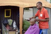 Negócio de cabelo africano pequeno barbeiro — Foto Stock