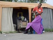 Kleine afrikaanse kapsel barber business man snijden haar — Stockfoto