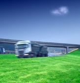 Große semi-lkw-transporte auf der autobahn — Stockfoto