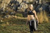 Vrouw oefenen uitrekkende been in park — Stockfoto