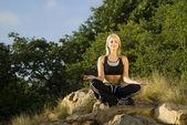 Oczy zamknięte kobieta medytacji jogi na skale — Zdjęcie stockowe