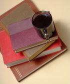本とコーヒー 3 の山 — ストック写真