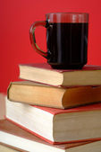 本とコーヒー 1 の山 — ストック写真