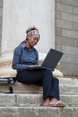 Estudante universitário africano americano com laptop — Foto Stock