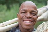 Pień fotografia uśmiechający się sprzedawca miotła, południowoafrykański przedsiębiorca małych firm — Zdjęcie stockowe