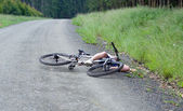 Girl hurt crashing bicyble accident — Stock Photo