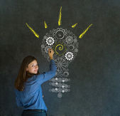 Glänzende idee getriebe glühbirne geschäftsfrau — Stockfoto