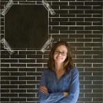 mujer de negocios, estudiante o profesor sobre fondo de ladrillo pared tablón pizarra — Foto de Stock