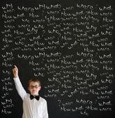 Réponse de garçon déguisé en homme d'affaires avec des questions de la craie à la main — Photo