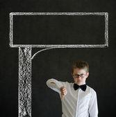 Polegares para baixo o homem de negócios de menino com sinal de publicidade de estrada de giz — Fotografia Stock