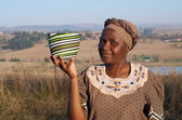 Traditional African Zulu woman selling wire baskets — Stock Photo