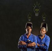 Африканский черный человек промышленного работника с мелом доске лампочки — Стоковое фото
