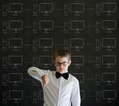 Duim omlaag jongen met krijt netwerken op blackboard achtergrond — Stockfoto