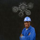 Travailleur homme noir africain avec tableau noir de la craie engrenages — Photo