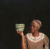Tradiční jihoafrický zulu žena koš prodejní žena na tabuli pozadí — Stock fotografie
