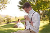 Nevěsta a ženich mimo církev — Stock fotografie