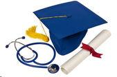 Chapéu de formatura com estetoscópio e diploma — Foto Stock