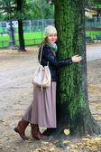 Beautiful girl near big tree — Stock Photo