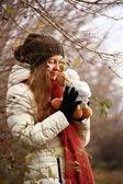 Dívka si hraje s panenkou — Stock fotografie