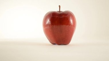 Rotating Red Delicious Apple Against White - Dolly Right — Stock Video